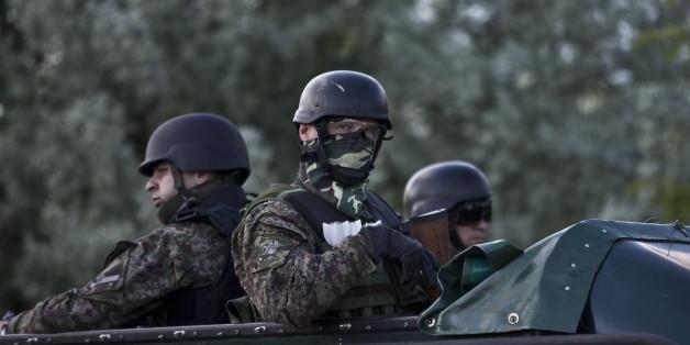 Un patrouilleur de la police serbe à Presevo, près des frontières macédonienne à 300 km au sud de Belgrade