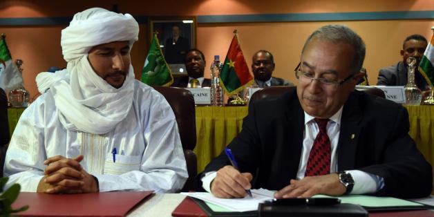 Le secrétaire du MNLA, bilal Ag Acherif, et le ministres des Affaires étrangères algérien Ramtane Lamamra, médiateur dans le conflit malien, à Alger, le 19 février 2015