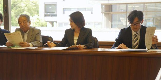 紛糾する東京都の港区議会代表者会議。左が共産党の風見利男幹事長、真ん中が新会派の清家あい幹事長