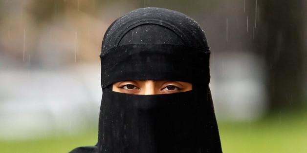 Ein Junge starrt eine verschleierte Muslima im Supermarkt an - dann sagt er DAS