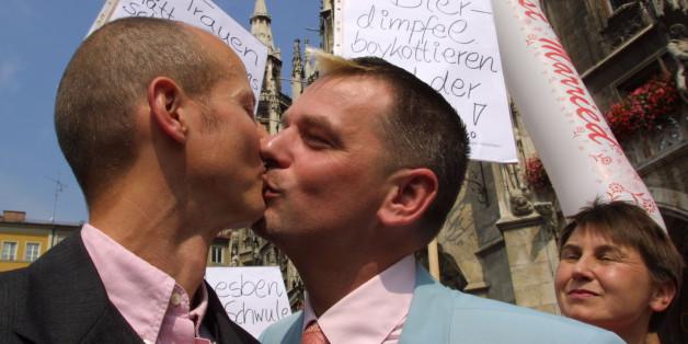 Ein schwules Paar auf einer Demonstration in München