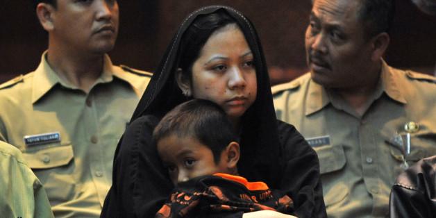 Γυναίκα από την Ινδονησία η οποία η οποία καταδικάστηκε σε θάνατο στη Σαουδική Αραβία. Κρατά στα χέρια της το τον γιο της ενώ οι αρχές την παραδίδουν στις αρχές της Τζακάρτα, αφού η κυβέρνηση της χώρας πλήρωσε 534.884 δολάρια ΗΠΑ στη Σ.Αραβία για να μην προχωρήσει με την εκτέλεσ