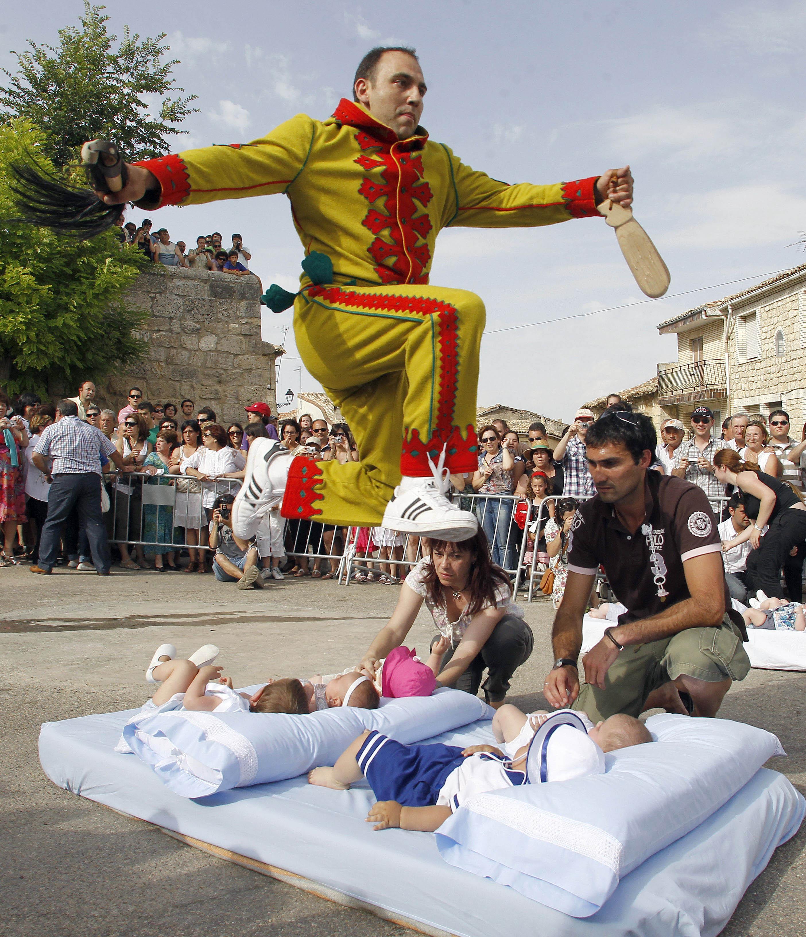 55a255da0c96 el salto del colacho. Πρόκειται σίγουρα για ένα από τα πιο τρομαχτικά και  σοκαριστικά έθιμα ...