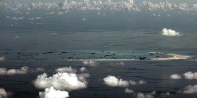 Luftaufnahme einer künstlichen Insel, die zurzeit von China im Gebiet der Spratyl-Inseln aufgeworfen wird