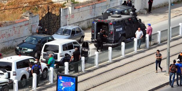 Véhicules de police près de Bouchoucha le jour de l'attaque où huit militaires ont trouvé la mort, le 25 mai 2015 en Tunisie