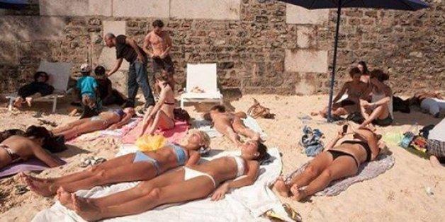 Urlauber bescheren sich über sandigen Strand