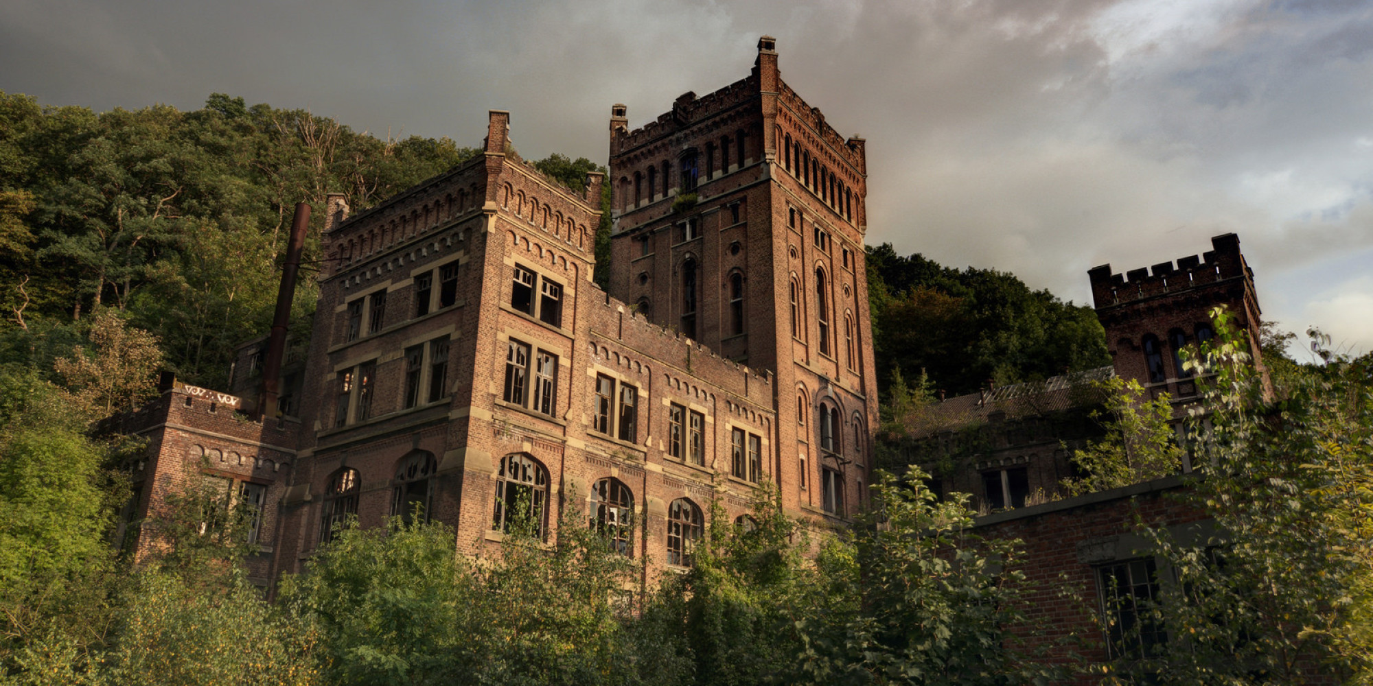 Abandoned castles ch teaux and city halls showcase the for Best home builders near me