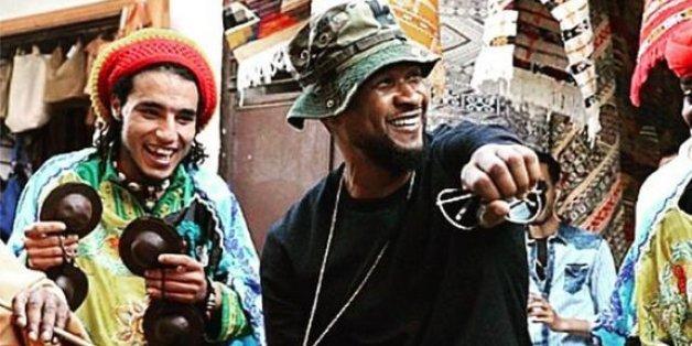Usher danse avec les gnaouas dans la médina de Rabat