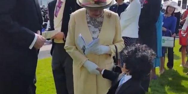 Cet enfant a osé serrer la main de la reine d'Angleterre