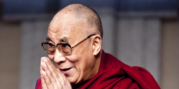 So reagiert der Dalai Lama, als er zu Paris befragt wird