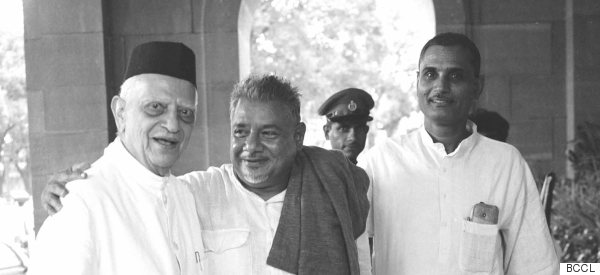 noted socialist leader raj narain in center
