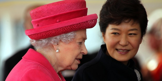 Britain's Queen Elizabeth II, left  and South Korea's President Park Geun-Hye arrive at the Grand Entrance, at Buckingham Palace in London, Tuesday, Nov. 5, 2013. The president is on an official three day state visit to Britain. (AP Photo/Carl Court, Pool)