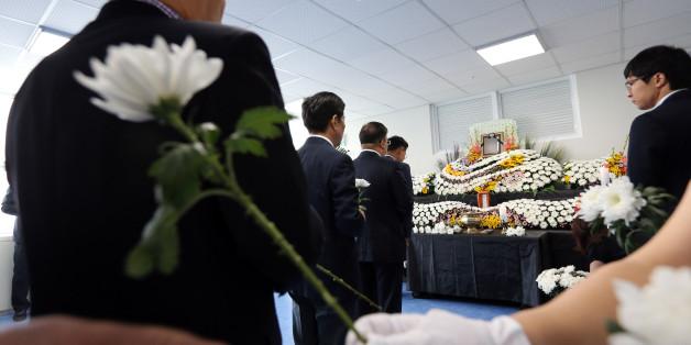 2일 오전 광주시청 1층에 차려진 분향소에서 동료 공무원들이 전날 중국 지린성에서 발생한 버스 추락 사고로 숨진 광주시청 공무원 김철균 지방공업사무관를 추모하며 헌화하고 있다. (자료사진)
