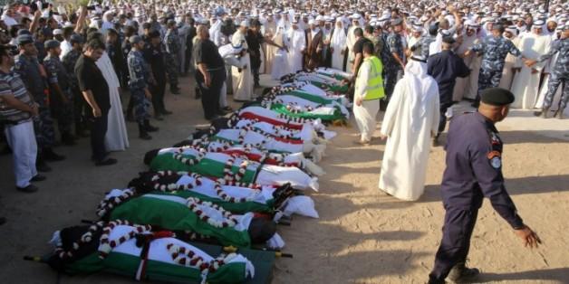 Prières au cimetière Jaafari de Koweit City, le 27 juin 2015, devant les corps de victimes de l'attentat la veille dans une mosquée de la ville
