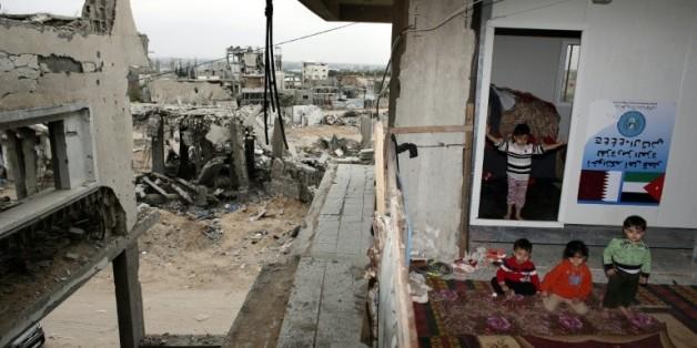Des enfants palestiniens devant leur maison détruite à Shujaiya le 11 mai 2015