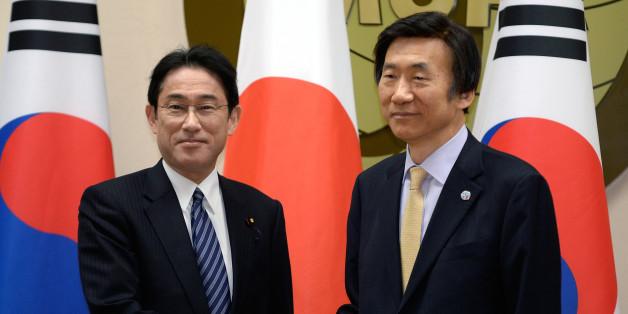일본 기시다 후미오 외무상(왼쪽)과 우리나라 윤병세 외교부 장관