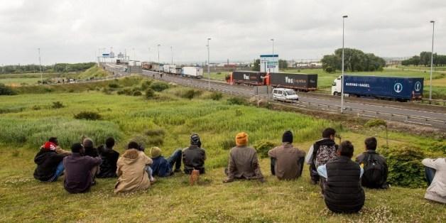 Des migrants à proximité du tunnel sous la manche en juin 2015.
