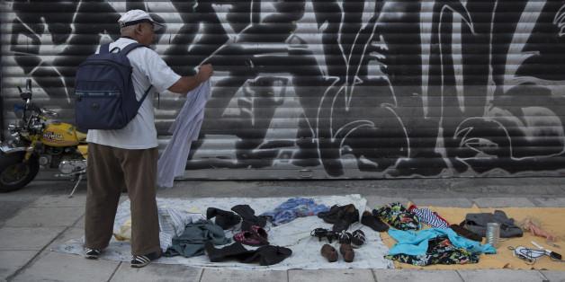 Un homme grec demande le prix des habilles seconde main