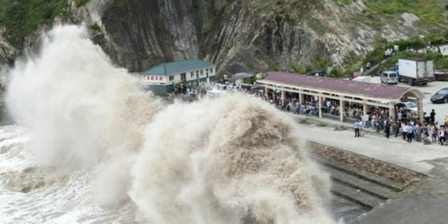 Des vagues géantes s'abattent le 10 juillet 2015 à Wenling sur la côte orientale de la Chine