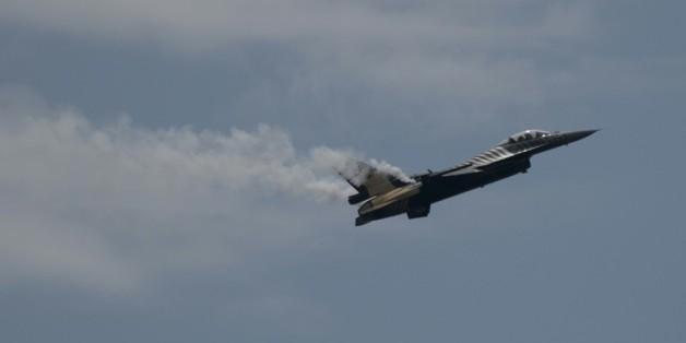 Un F-16 turc fait une démonstration de vol le 21 juin 2015 pendant le festival Airshow de Motril, dans le sud de l'Espagne