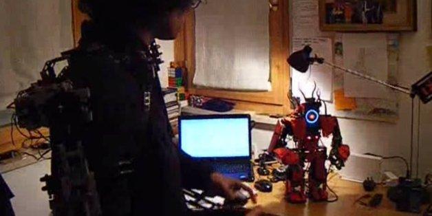 Il contrôle un robot avec son corps (et un exosquelette)