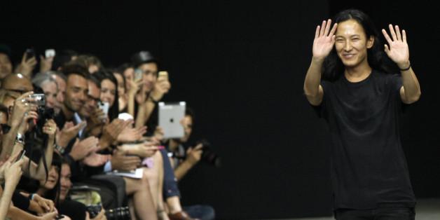2012년 9월, 알렉산더 왕이 자신의 2013 S/S 쇼를 끝내고 피날레 인사를 하고 있다. 발렌시아가는 7월 31일 알렉산더 왕과의 결별을 공식발표했다.