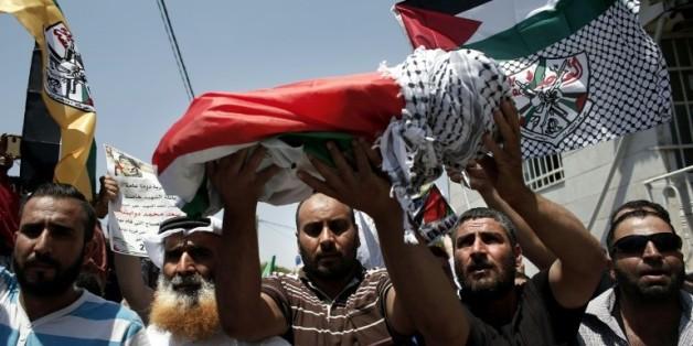Les proches d'Ali Saad Dawabsha, le bébé palestinien brûlé vif dans un incendie criminel attribué à des colons israéliens, transportent le défunt lors de ses funérailles à Douma, près de Naplouse en Cisjordanie, le 31 juillet 2015