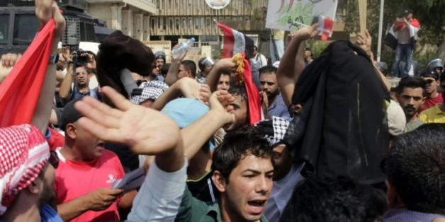 Des manifestants protestent contre les défaillances du service public irakien, le 1er août à Bassora