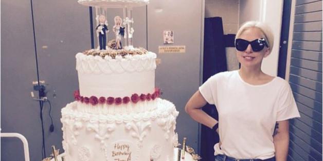 Lady Gaga wirkt neben der fünfstöckigen Torte klein und schmächtig