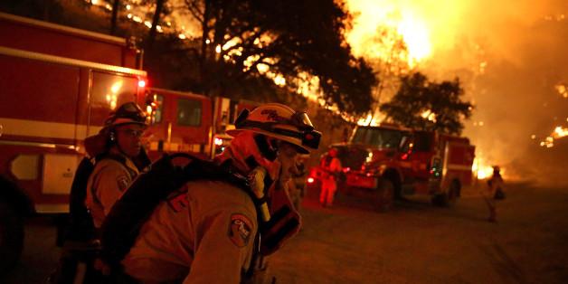 In Kalifornien kämpfen nun auch Soldaten der Nationalgarde gegen die immer weiter um sich greifenden Waldbrände.