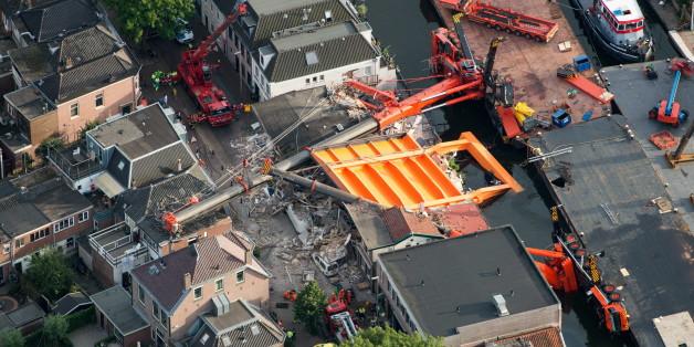 In Holland stürzten zwei Baukräne unter ihrer Last zusammen