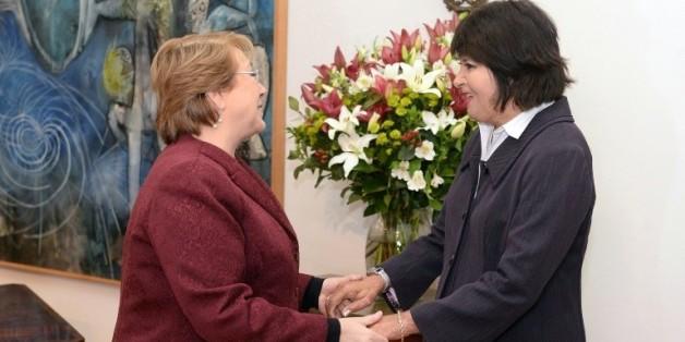 La présidente chilienne Michelle Bachelet (g) et Carmen Gloria Quintana, dont 60% du corps a été brûlé par des militaires en 1986, le 30 juillet 2015 à Santiago