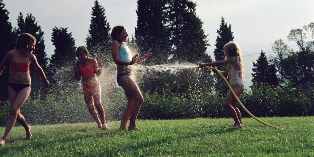Kinder beim Spielen im Wasser.