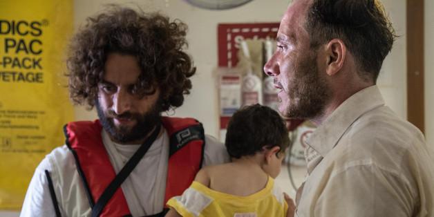 Der Palästinenser Mohamed mit seiner einjährigen Tochter Azeel an Bord der Dignity I nach der Rettung
