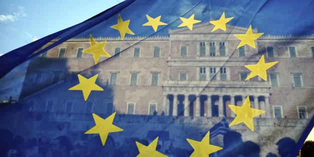 Griechen stehen vor einer Bank an