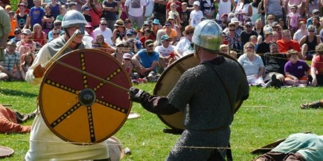 Des combattants vikings s'affrontent durant le festival de Gimli qui redonne vie à ces premiers européens établis en Amérique du Nord, le 1er août