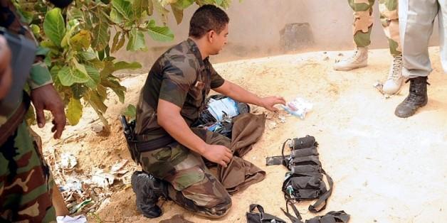 Un artificier examine le 29 juin 2015 à N'Djamena des ceintures d'explosifs utilisées par des combattants islamistes de Boko Haram pour perpétrer des attentats suicide au Tchad