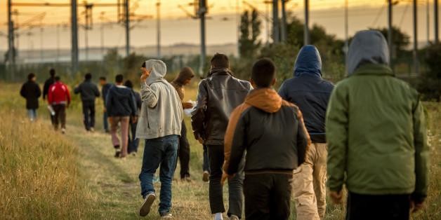 Des migrants à Calais marchent en direction de l'Eurotunnel le 6 août 2015