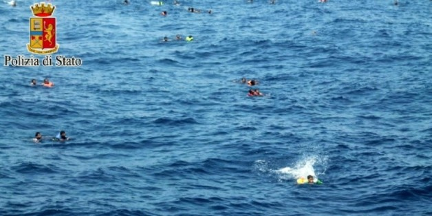 Image fournie par la police italienne d'opérations de sauvetage en mer le 5 août 2015 pour récupérer des survivants après le naufrage d'un bateau de migrants entre la Libye et l'Italie