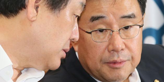 새누리당 김무성 대표(왼쪽)와 김정훈 정책위의장이 6일 국회에서 열린 최고위원회의에서 논의하고 있다.