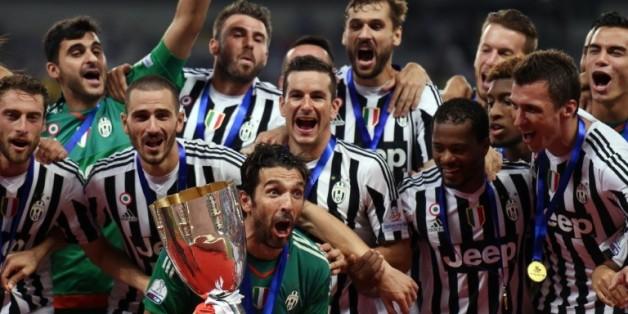 Le capitaine de la Juventus Gianluigi Buffon brandit la Supercoupe d'Italie avec ses coéquipiers, le 8 août 2015 à Shanghaï