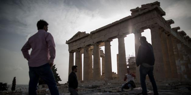 Touristen besichtigen die Akropolis in Athen (Archivbild)