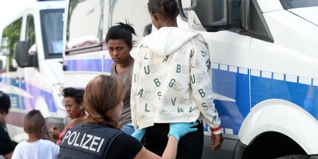 Flüchtlinge vor Polizeiauto