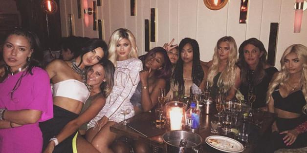 Volles Haus bei Kylies Geburtstagsparty: Ihre Schwestern Kendall (2.v.l.) und Khloe Kardashian (4.v.l.) sind dabei und auch Caitlyn (2.v.r.) lässt sich die Feier nicht entgehen