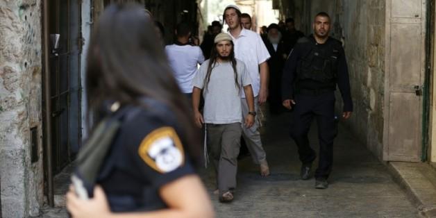 Des forces de police israéliennes surveillent l'accès à la mosquée d'Al-Aqsa à Jérusalem, le 9 août 2015