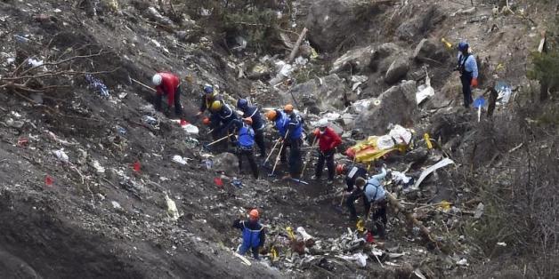 Des gendarmes sur le site du crash de l'A320 de la Germanwings, dans les Alpes françaises, le 26 mars 2015