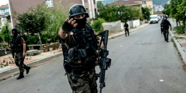 Les membres des forces spéciales turques sécurisent le périmètre après une attaque le 10 août 2015 dans le quartier de Sultanbeyli à Istanbul