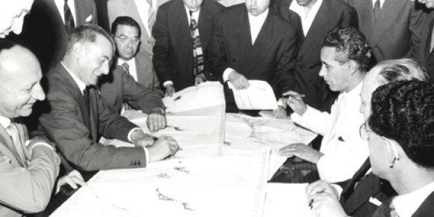 1958 - Enrico Mattei signant un accord avec Abderrahim Bouabid