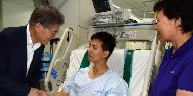 정치민주연합 문재인 대표가 11일 오후 경기도 성남시 국군수도병원 중환자실을 찾아 비무장지대(DMZ)내에서 북한이 설치한 것으로 추정되는 목함지뢰 폭발로 부상한 김정원 하사를 위로 방문하고 있다.