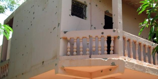 La facade de l'hôtel Byblos de la ville de Sévaré, au Mali, trouée de balles le 8 août 2015 après avoir été la cible d'un attentat qui a fait 13 morts